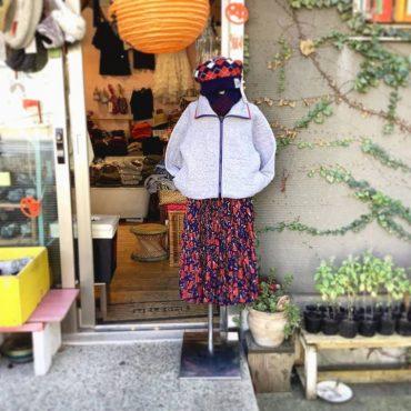 フェミニンな花柄のスカートも、カジュアルなジップアップのキルトの羽織と合わせてラフに合わせても可愛いです。
