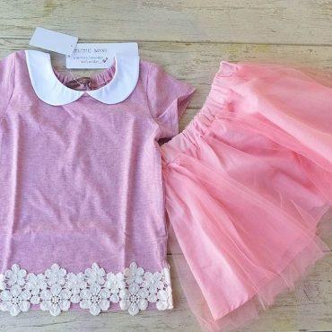 桜の花のような色のTシャツ。