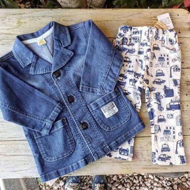 ストレッチデニムのシンプルで子供らしいジャケットです。