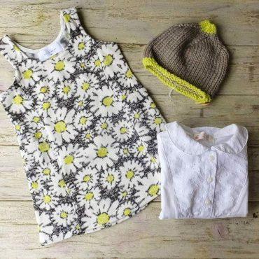 白いブラウスにジャンパースカートにこんなお帽子で可愛いです。